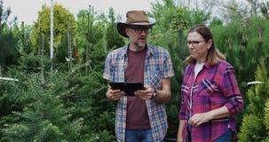 Gärtner, die Tablette im Kindertagesstättengarten verwenden stock video footage