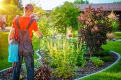 Gärtner mit Plage-Spray lizenzfreies stockbild