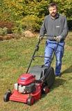 Gärtner mit Rasenmähmaschine Stockfotografie