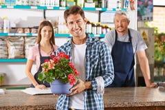 Gärtner und Florist als Personal in der Kindertagesstätte kaufen lizenzfreies stockbild