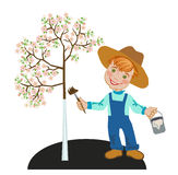 Gärtnerjunge mit einem Pinsel Apfelbaum weiß werden Lizenzfreie Stockbilder