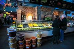 Gärungsfruchtshop im Markt Hall Lizenzfreie Stockfotos
