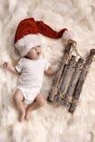 Gäspa det nyfödda barnet som bär en hatt för santa ` s Royaltyfri Foto