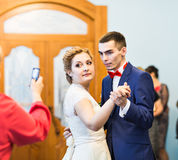 Gäst som tar fotoet av brölloppartiet Royaltyfri Fotografi