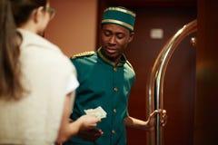 Gäst som tippar hotellpersonalen royaltyfria foton