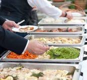Gäste am Buffet Lizenzfreies Stockfoto