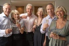Gäste, die Champagne am Abendessen genießen stockbilder
