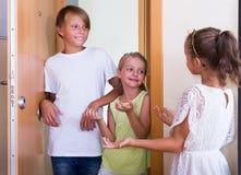Gäste, die mit Freundschaftsbesuch kommen stockbilder