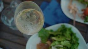Gäste dienen grünen geschmackvollen Salat auf Picknicktisch stock footage