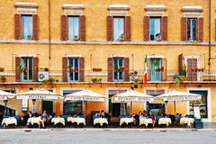 Gäste sitzen auf der schönen Restaurantterrasse im Marktplatz Navona in Rom, Italien Stockbilder