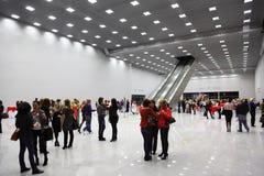 Gäste stehen in der Halle Stockfotografie