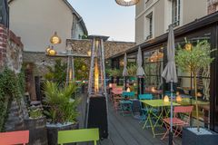 Gästehaus, Gartenrestaurant, Farbmetalltabellen und Aufenthaltsraum im Freien mit Blumendekorationen, gaz Heizsystem, stockbild