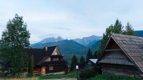 Gästehaus und Berglandschaft in Zakopane Lizenzfreies Stockbild