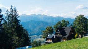 Gästehaus und Berglandschaft in Zakopane Stockfotografie