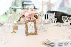 Gästen numrerade tabellen med med den förtjusande buketten, closeup Arkivfoton