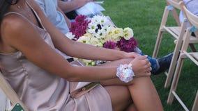 Gäster med buketter för en blomma som sitter på en gifta sig ceremoni lager videofilmer