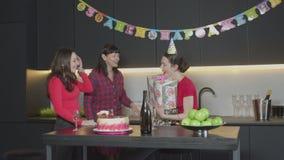 Gäster som ger gåvor och gratulerar den upphetsade kvinnan lager videofilmer