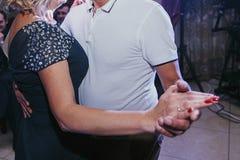 Gäster som har gyckel och dansar på bröllopmottagandet feriecele royaltyfri fotografi