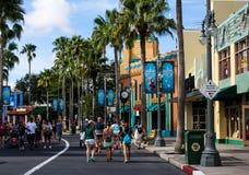Gäster strosar gatorna av Disney Hollywood studior royaltyfri bild