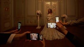 Gäster tar fotografier av bruden på smartphones Fokus på smartphones royaltyfri bild