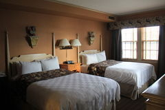 Gästezimmer mit zwei bequemen Betten nähern sich Fenster, Sagamore Resort, Bolton-Landung, New York, 2016 Stockbild