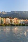 Gästgivargårdflod på dess väg till och med Innsbruck, Österrike. Royaltyfri Fotografi