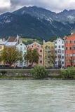 Gästgivargårdflod på dess väg till och med Innsbruck, Österrike. Arkivbild