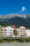 Gästgivargårdflod på dess väg till och med Innsbruck, Österrike Arkivfoton