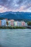 Gästgivargårdflod på dess väg till och med Innsbruck, Österrike Arkivbild