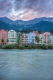 Gästgivargårdflod på dess väg till och med Innsbruck, Österrike Arkivbilder