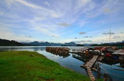 Gästhem i Cheow Lan Dam Arkivbilder
