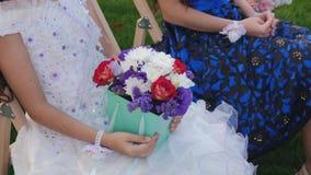 GästLittla flickor med buketter för en blomma som sitter på en gifta sig ceremoni lager videofilmer
