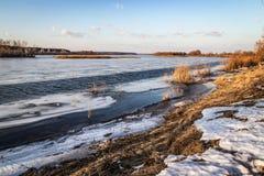Głęboka rzeka w wigilię lodu dryfu w wiośnie w Marzec zdjęcia royalty free