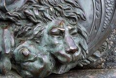 Głowa brązowy lew brązowa rzeźba sypialny lew na zabytku chwała w Poltava, Ukraina zdjęcia royalty free