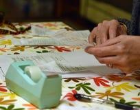Gå över kvitton, medan göra budgeten arkivbild