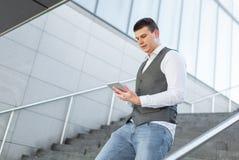 Gå affärsmannen Using Tablet Outside royaltyfri foto