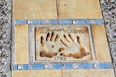 Gå av berömmelse i Cannes, Frankrike Sharon Stone händer royaltyfri foto