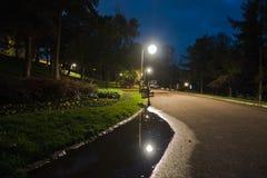 Gå banan, efter regn på den blåa timmen, Kalemegdan har parkerat i Belgrade arkivbild