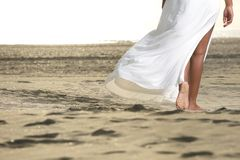 Gå barfota på sanden Arkivbilder