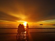 Gå barfota på stranden bara royaltyfri fotografi