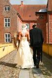 gå bröllop för par Fotografering för Bildbyråer
