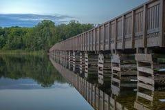 Gå bron på ö sjön Arkivfoto