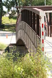 Gå bron som spänner över Redet River Arkivbilder