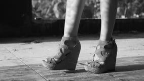 Gå för ben för Closeupkvinna` s stock video