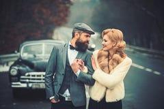 Gå för bil för unga par som nästa retro är utomhus- fotografering för bildbyråer