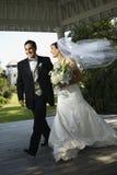 gå för brudbrudgum royaltyfri fotografi