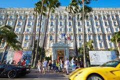 Gå för folk och lyxiga bilar som passerar i Cannes Royaltyfria Foton