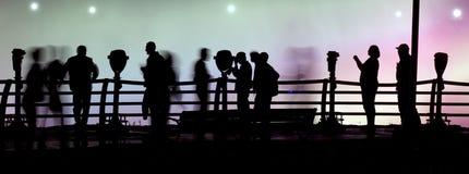 gå för folksilhouettes Arkivfoto