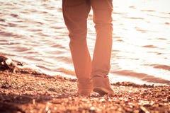 Gå för fotman som är utomhus- på moderiktig stil för strand arkivbild
