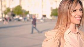 Gå för innegrej för livsstil för affärskvinna stads- lager videofilmer